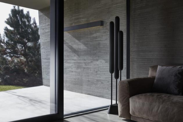 Kolekce ambientních svítidel Puro (Brokis) je bohatší o stojací lampu, jejíž minimalistické tvarosloví nadchne všechny vyznavače současného designu.