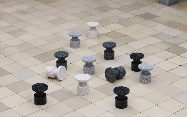 Všestranný Bit (Normann Copenhagen) lze použít jako odkládací stolek, podstavec pro květinové aranžmá nebo improvizované posezení pro nečekaného hosta.
