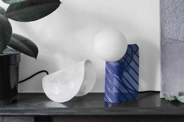 Stolní lampa Slot (GoodWaste) je součástí speciální kolekce, kterou tvoří produkty vyrobené z odpadu britského obchodního domu Selfridges