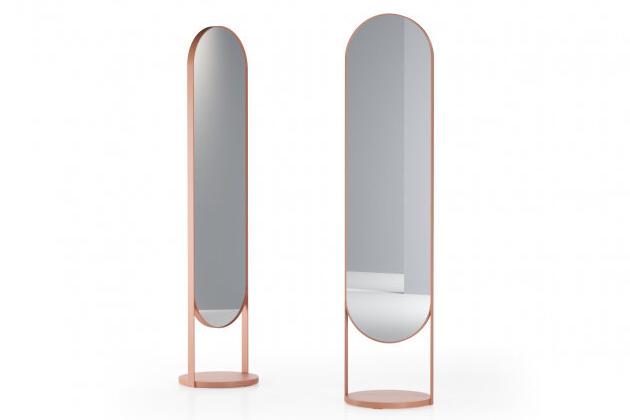 Volně stojící zrcadlo Nimbe (Ligne Roset) je jako stvořené pro zachycení křehké krásy feminity.  Subtilní zaoblená konstrukce z kovu v jemném odstínu pudrově růžové dokonale zarámuje obraz doslova každé ženy a slušet bude nejen ložnici. Design Marie-Aurore Stiker-Métral, cena 32 430 Kč, WWW.LIGNE-ROSET.COM