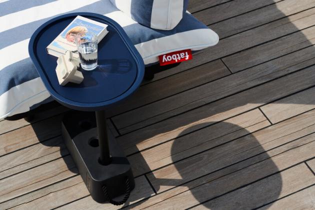 Mimořádně stabilní odkládací stolek, který vydrží všechno. Takový je Brick (Fatboy), vyrobený z recyklovaných plastů a oceli a určený pro venkovní použití. Disponuje základnou, která může být naplněna vodou nebo pískem.  Protiskluzovou posuvnou desku stolu lze opakovaně přemisťovat podle potřeby zasazením do jednoho ze tří otvorů. Cena 2 043 Kč, WWW.FATBOY.COM
