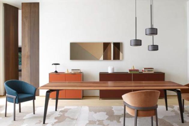 O tom, že pohodlných křesílek není nikdy dost, by mohl designér Ramy Fischler vyprávět. Místo toho ale rovnou navrhl Valmy (Ligne Roset), údajně s vidinou relaxační atmosféry pohodlné hotelové ložnice. Jednoduchý vzhled křesla zdobí reliéfní vzor na textilním čalounění vnitřní strany opory zad, připomínající vějíř elegantní dámy. Oblé linie vyvažuje subtilní podnoží z lakovaného kovu. Cena od 41 600 Kč, WWW.LIGNE-ROSET.COM