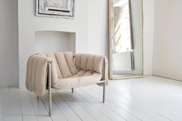 """Extravagantní Puffy (Hem) ohromí velkorysým čalouněním, které se volně """"přelévá"""" přes jednoduchý rám a poskytuje maximální pohodlí. Měkkost a tloušťka sedáku, do kterého snadno zapadnete, přitom ostře kontrastuje s tvrdostí subtilní trubkové oceli. Rozměry 98 × 93 × 69 cm, čalounění textil nebo kůže. Design Faye Toogood, cena od 54 282 Kč, WWW.HEM.COM"""