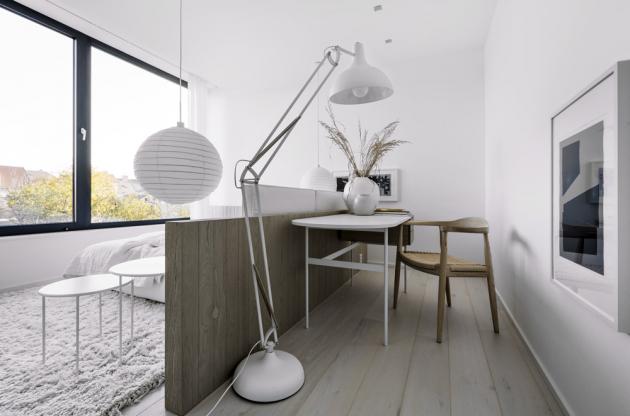 Součástí ložnic pro děti i hosty jsou zóny s na míru vyrobenými pracovními stolky (Deconcept). Dostatečný přísun denního světla do vstupní chodby vedoucí středem domu je zajištěn proskleným stropem.