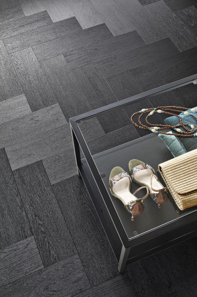 Vinylové dílce Allura (Forbo), dekor 60389, zkosené lamely v odstínu Charcoal Solid Oak, originálně odráží světlo a podlaha tak působí proměnlivým dojmem, rozměr lamel 900 × 150 mm, cena od 986 Kč, WWW.FORBO-FLOORING.CZ