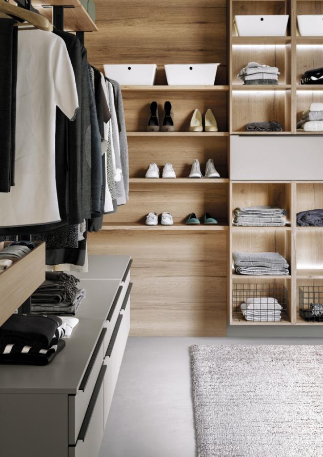 Výběr správné šatní skříně je o něco složitější, než by se mohlo na první pohled zdát. Nejenže by nábytek měl designově zapadnout do celkové koncepce místnosti, ale je podstatné věnovat pozornost jeho vnitřnímu uspořádání a praktickým funkcionalitám.