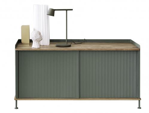 Komoda Enfold v průmyslovém designu (Muuto), design Thomas Bentzen, práškově lakovaná ocel v kombinaci s masivním dubem, dostupná ve dvou velikostech, cena vyobrazené varianty 45 941 Kč, WWW.STOCKIST.CZ