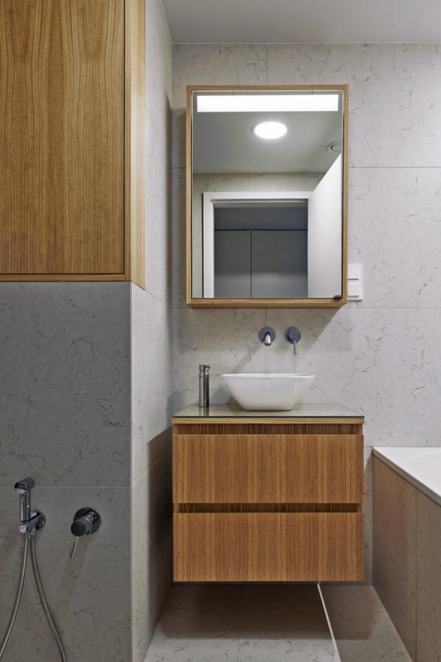 V bytě je možné využívat dvě koupelny, obložené italskou keramikou. Jedna je vybavena vanou (Kaldewei), druhá sprchovým koutem (Hüppe). V obou najdete keramická umyvadla Laufen, klozety stejné značky a baterie Kludi.