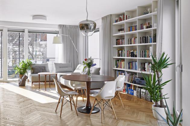 Jídelní stůl s židlemi se do nového interiéru stěhoval už z předchozího domova majitelů. Podobně to bylo i s některým svítidly značky Artemide. Své místo zde našla i stojací lampa Tolomeo.