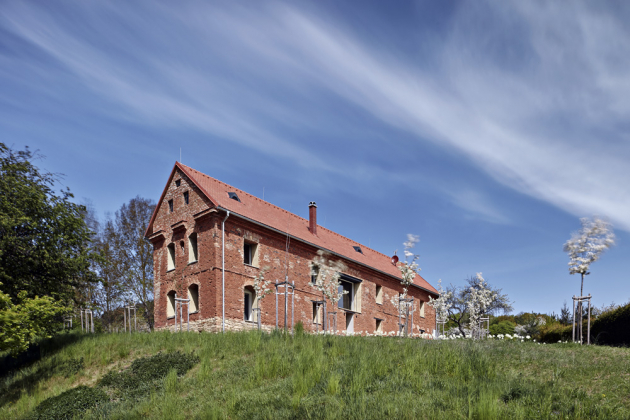 Romantická stavba zasazená do půvabné krajiny poskytuje komfortní zázemí s ohledem na historii místa i potřeby současnosti.