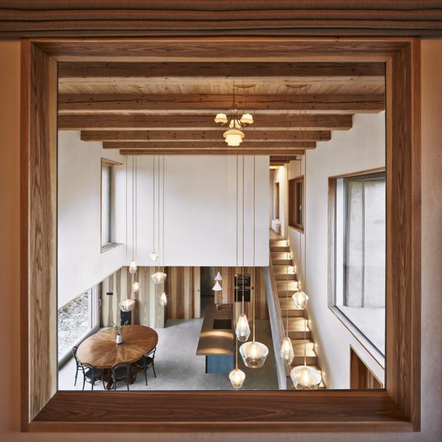 Cementovou dlažbu použitou na podlahách ve společných prostorách domu střídají smrková prkna v ložnicích. Dveře a obklady stěn i kuchyňských vestavěných skříní jsou z jasanové dýhy a koupelny jsou obloženy jednoduchou drobnou skleněnou mozaikou. Dalším výrazným materiálem, který přirozeně vstupuje do prostoru, jsou syrové cihly zdiva původního stavení.