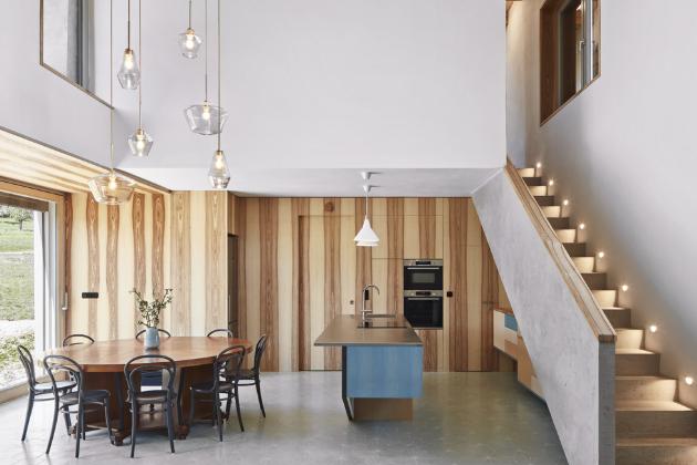 Projekt charakterizují kombinace starého s novým, které jsou patrné v každém detailu stavby i zařízení interiéru. Například konstrukční prvky stropů v izolované novostavbě tvoří recyklované dřevo z původní stavby a s minimalistickou kuchyňskou linkou kontrastuje masivní jídelní stůl, obklopený ikonickými čtrnáctkami od výrobce TON.