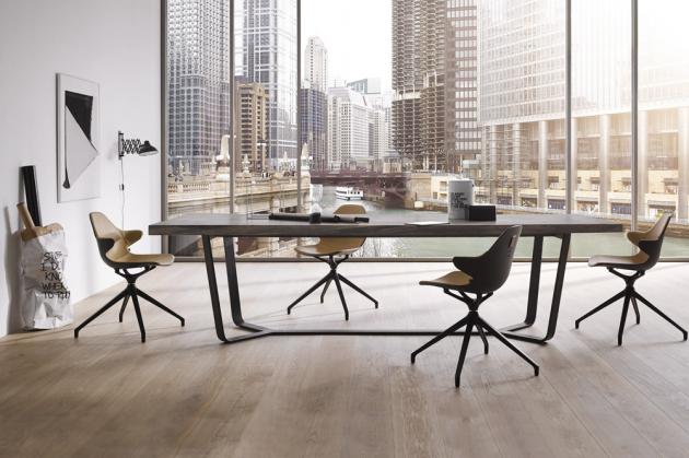 Stůl Axis (Asco), design Studio Brühl + Nolte, masivní dub a ořech, lakovaný kov, rozměry od 220 × 100 cm až do 300 × 100 cm, cena od 130 928 Kč, WWW.SEDLAKINTERIER.CZ