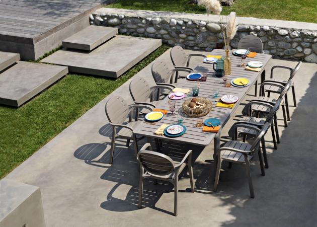 Rozkládací venkovní stůl Alloro (Nardi), kvalitní polypropylen a hliník, 210 × 100 × 73 cm, cena 18 821 Kč, WWW.CASAMODERNA.CZ