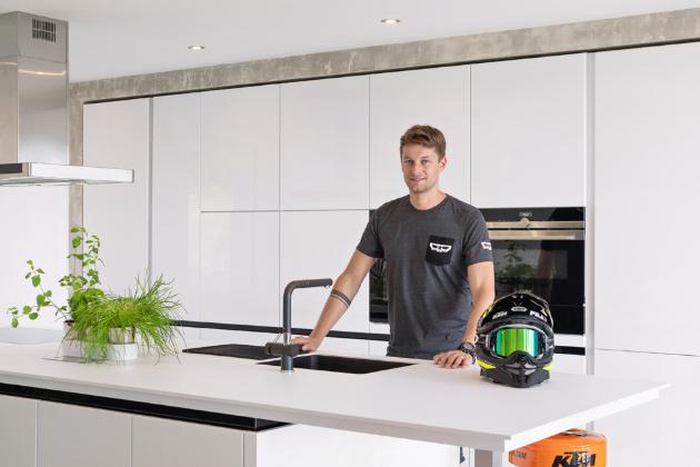 Kuchyň, kterou přestavujeme, patří motokrosovému závodníkovi Petru Pilátovi, kterému fanoušci a přátelé přezdívají Pilník.