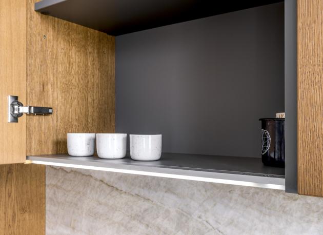 Kvalitu kuchyně zaručuje mimo jiné i 22mm dýha, prémiové kování Blum a kovové profily Gola.