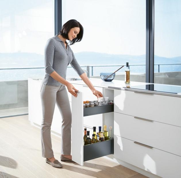 Potravinová skříň Space Tower (Blum), vestavěné vnitřní zásuvky - systém Legrabox free se skleněnými zásuvnými prvky, WWW.BLUM.CZ