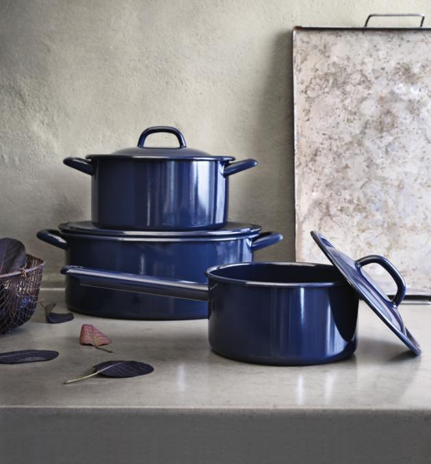 Sada nádobí Vardagen (IKEA), smaltovaná ocel, rustikální design, ceny: hrnec 5 l 599 Kč, 3 l 499 Kč, rendlík 399 Kč, WWW.IKEA.CZ