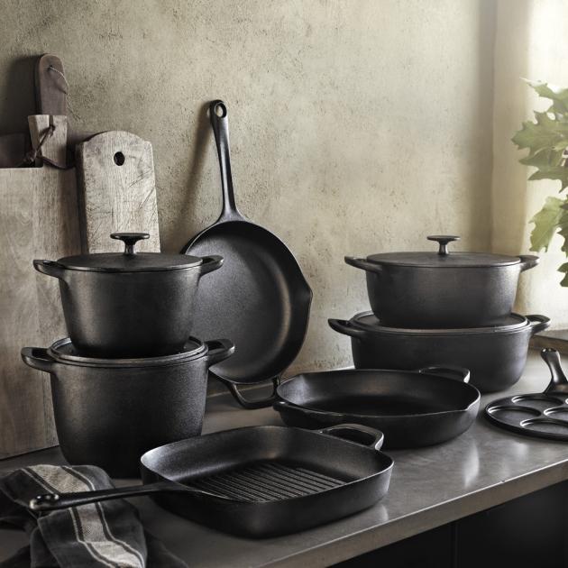 Litinové nádobí Vardagen (IKEA), surová litina, různě velké hrnce a pánve, hrnec objem 5 l, cena 999 Kč, WWW.IKEA.CZ