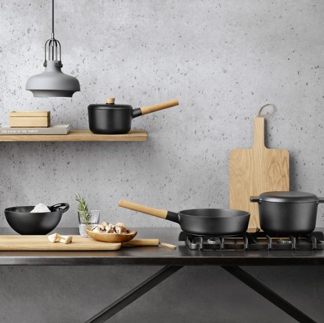Sada nádobí Nordic Kitchen (Eva Solo) dokonale napodobuje design litinových nádob, je však zhotovena z lehkého hliníku s nepřilnavou vnitřní vrstvou Slit-Let, ceny na dotaz, WWW.CHEFSHOP.CZ