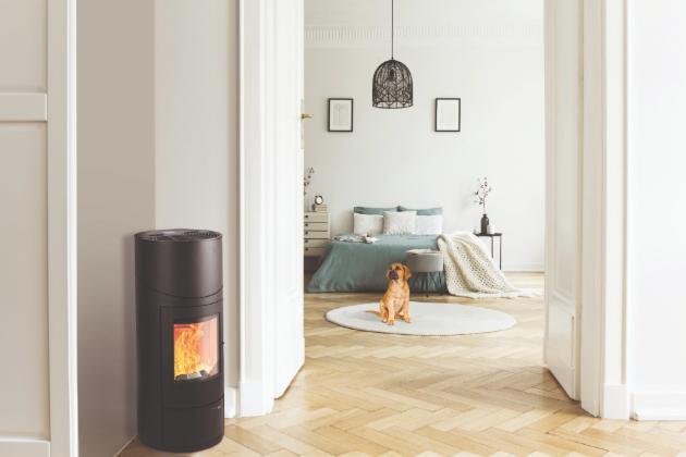 Kdo tedy nechce pořád řešit dřevo a kamna každou chvíli čistit, ten si místo nich může pořídit peletová kamna, která se o spoustu věcí postarají sama. Navíc se stanou skvělým doplňkem každého interiéru a navodí to pravé teplo domova. Protože kde je teplo, tam je domov.