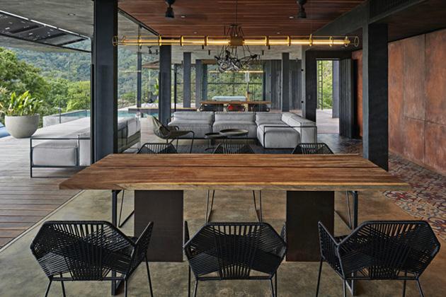 Z českých výrobců se autorky rozhodly pro renomovanou sklářskou značku Bomma, jejíž svítidla Shibari skvěle dotvářejí světelnou atmosféru tropického interiéru vily.