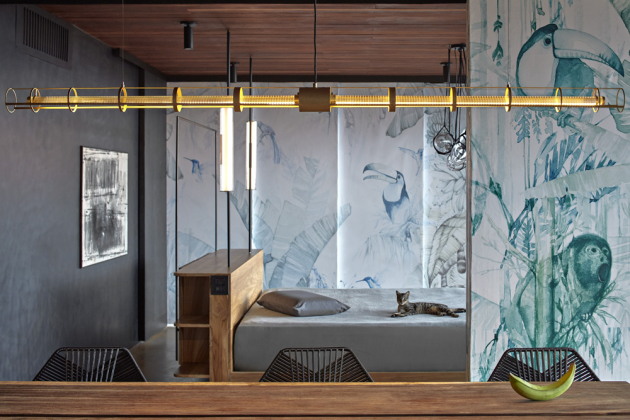 Míra a vzor perforace se na každém panelu liší, a vytvářejí tak v interiéru vily zajímavou hru světel a stínů. Autorský nábytek je vyroben z masivního týku a podhledy z brazilského ořechu. Závěsy a textilie jsou lněné.