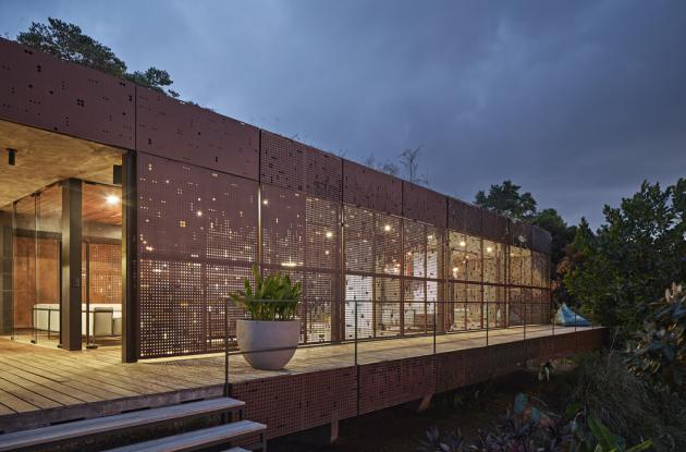 Celý interiér je laděn do teplých zemitých tónů za použití přírodních materiálů. Většina mobiliáře je navržena přímo pro vilu. Nad jídelním stolem je zavěšeno svítidlo Hubble (Baxter). Perforované hliníkové dílce stínění jsou ošetřeny nástřikem v barvě Cor-Tenu.
