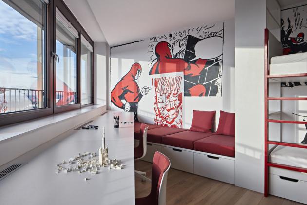 Nezvyklý lichoběžníkový půdorys ložnice a dětských pokojů inspiroval designérku vybavit je samostatnými komorami se šatními systémy. Bílé plochy stěn posloužily jako optimální podklad pro autorské kresby a na míru zhotovené tapety od grafického studia Punx23, které při návrhu vycházelo ze zájmů samotných dětí. Nábytek na míru je z MDF.