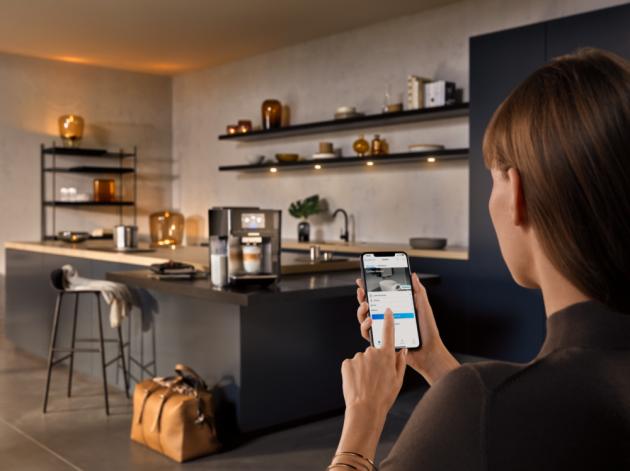 Díky technologii Home Connect je možné i plně automatický kávovar Siemens EQ.700 kontrolovat a ovlávat odkudkoli, objevovat Siemens coffeeWorld pohodlně na tabletu nebo chytrém telefonu, nebo jednoduše tvořit playlisty a odesílat požadovaná nastavení přímo do spotřebiče. Aplikaci lze propojit i s chytrými hodinkami Apple Watch, Wear OS by Google™ nebo Fitbit.