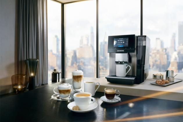 Nový plně automatický kávovar Siemens EQ.700 splní přání každému. Velký přední displej umožňuje snadné ovládání, špičkové německé technologie se postarají o lahodnou chuť ineodolatelnou vůni a díky svému nadčasovému designu se tato novinka dokonale hodí do každé moderní domácnosti.
