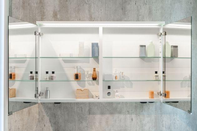 Pokud přemýšlíte, kam ještě uložit všechny potřebné drobnosti ve vaší koupelně, pak je galerka jasnou volbou. Kromě zrcadlové plochy vám poskytne úložný prostor, který si můžete rozdělit nastavitelnými policemi. Je vybavena i spoustou dalších doplňků, které vám usnadní život vkoupelně.